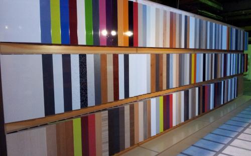 Exposición de acabados de puertas para cocinas y muebles de cocin