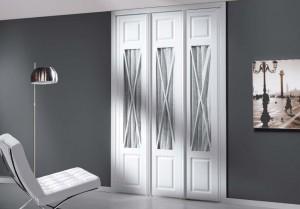 Frentes de armario en Madrid con 3 puertas abatibles blancas en una habitación.