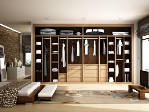 Interior de armario con 4 cajoneras, multitud de baldas y percheros en haya.