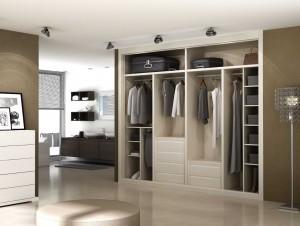 Interior de armario de 4 módulos más 2 maleteros con 2 cajoneras en tono beige.
