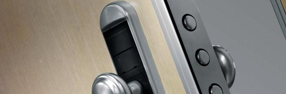 Puerta blindada en haya con 4 pernos visibles.