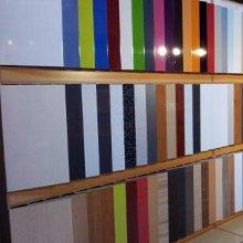 Exposición de acabados de puertas para cocinas y muebles de cocina.