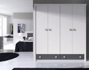 Frentes de armario en Madrid con 4 puertas abatibles blancas en un dormitorio.