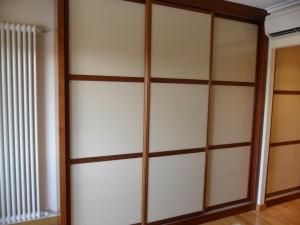 Frentes de armario en Madrid de estilo Japones con 3 puertas correderas en una habitación.