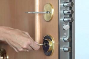 Detalle de los burones de una puerta blindada.