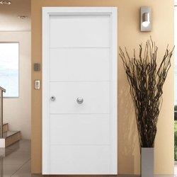 Puerta blindada blanca con 4 lineas fresadas en V horizontales.