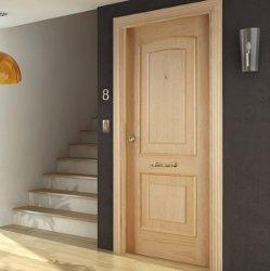 Puerta blindada en roble claro con fresado superior e inferior.