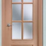 Puertas de interior en haya vaporizada con cristalera superior y fresado inferior.