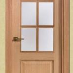 Puertas de interior con cristalera rectangular en roble y fresado inferior.