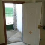 Puerta blindada blanca de 12 bulones, seguridad de clase 4 con fresado superior e inferior.