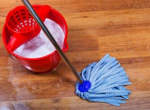 Un cubo y una fregona son necesarios para limpiar tarimas flotantes.