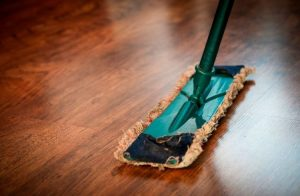 Pase la mopa para la limpieza de tarimas flotantes a diario.